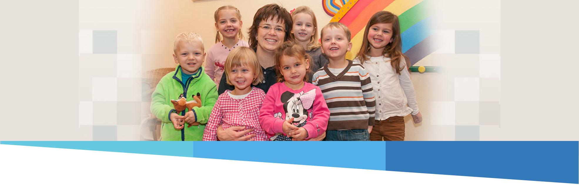 Sandra Hintze Zahnärztin mit den Kindern beim Kindernachmittag